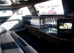 Белоснежный пароход Lincoln Town Car